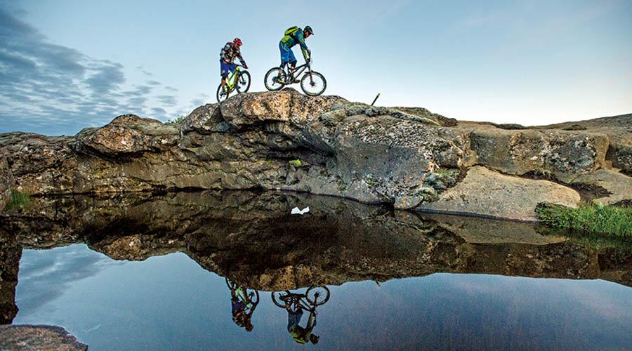 河水沿着山脉自然流淌,Jokulsarglufur路在河畔蜿蜒而下,是很好的骑行路线,这和我们预料的情况一样,而我们将在接下来的一天中收获更多的体 验。骑行的路上有众多小的河流交错需要穿过,这些细流甚至脱下鞋子就可以轻易地使它们断流。而接下来的几公里在黎明前的时光中度过,这段路程异常崎岖并且 考验技术,在微弱的光线下更加具有挑战性。就在此时,我们的团队出现了分歧,每个人都渴望回到营地,因为黑夜就要到来了,而我们都经历着疲惫和饥饿的双重 折磨。有一件重要的事情毋庸置疑,就是我们目睹着大量的水不断地从Det