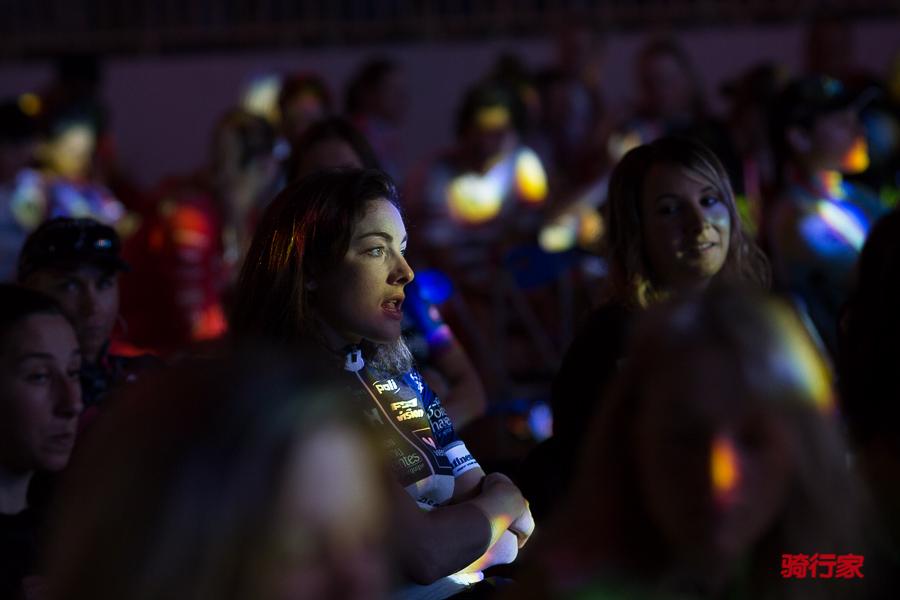 环崇明岛国际自盟女子公路世界巡回赛开幕