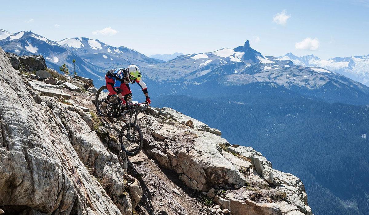 基金霍斯山地车公园/加拿大(Kicking Horse) 基金霍斯山地车公园拥有1127.76米海拔高度,不仅有巨大的山体落差,同时也为山地爱好者提供了32条骑行路线,基金霍斯山道的设计也非常符合当下山地车骑行的需求。还记得Mount 7 Psychosis疯狂的山地赛事吗?这场比赛让所有的山地爱好者都记住了基金霍斯山地车公园。如果你来到基金霍斯山地车公园,你只需要在路上疯狂的穿梭,它一定会给你带来激进的骑行乐趣。