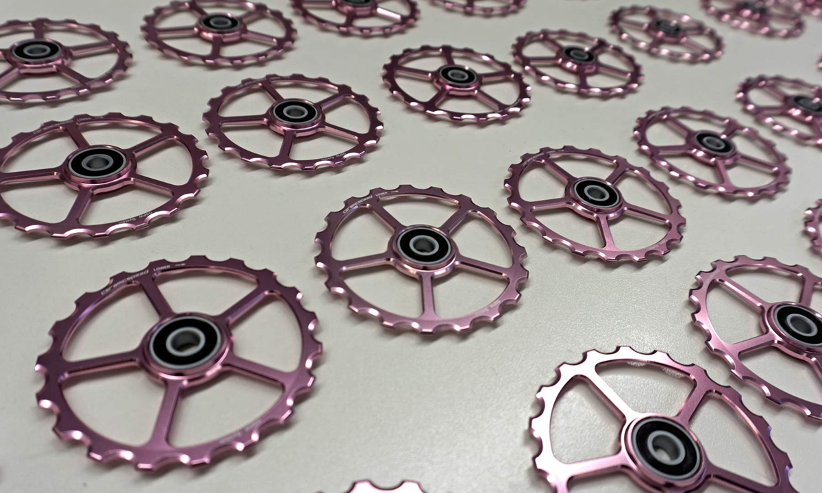 CeramicSpeed-Giro-Pink-pulleys_limited-Giro-rosa-ceramic-bearing-derailleur-pulleys_OSPW.jpg