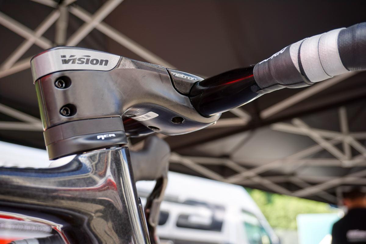 FSA-Vision-integrated-cockpit-concept-hides-brake-shift-cables06.jpg