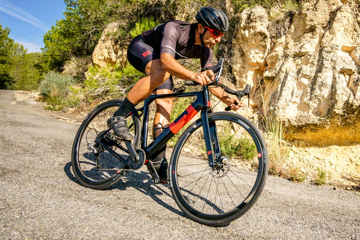 3T-Exploro-Speed_slick-tire-700c-carbon-1x-all-road-gravel-bikes_photo-by-Marc-Gasch_road-descending_副本.jpg
