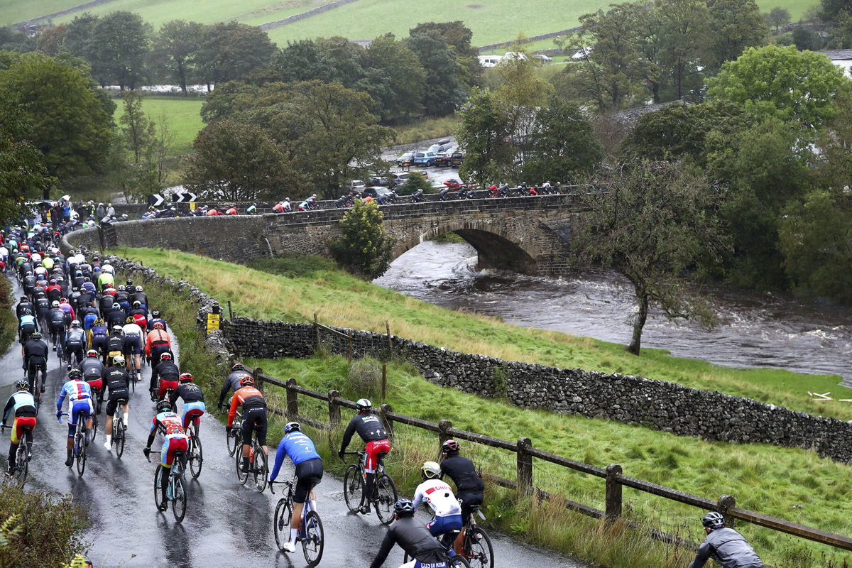the-peloton-head-into-kettlewell.jpg
