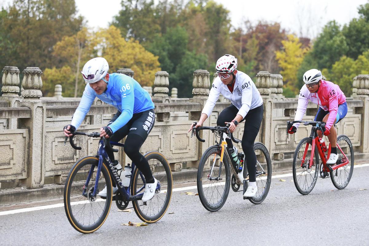 比赛最后20公里 领先集团选手锁定竞技组前三.jpg