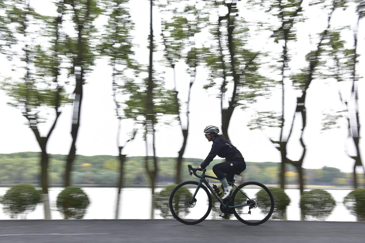 女子组选手高速通过林荫路.jpg