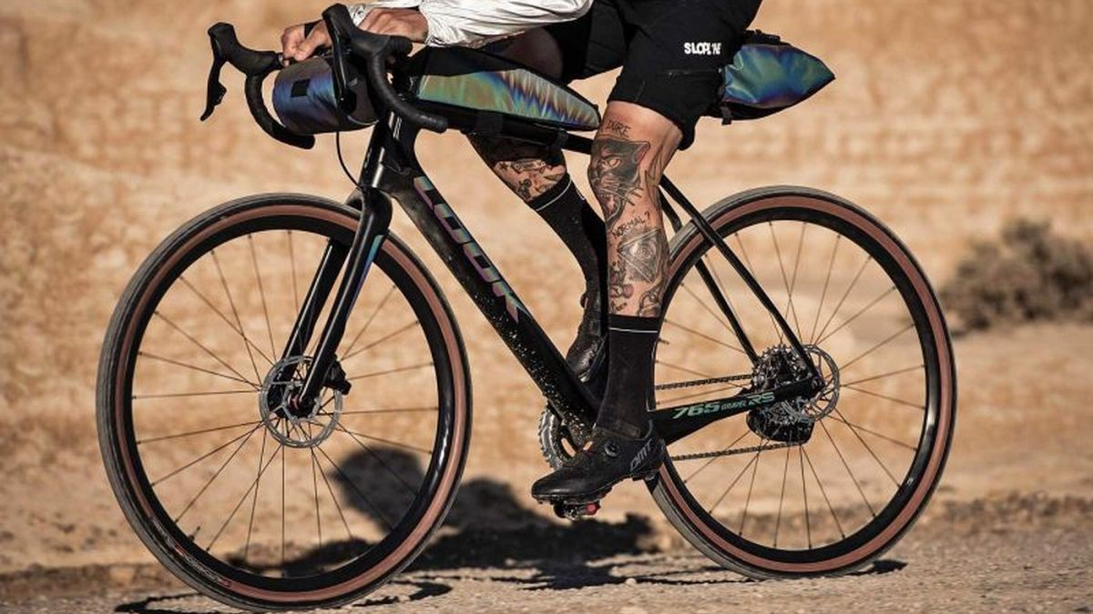Look-X-Restrap-limited-edition-iridescent-gravel-bike-and-bikepacking-bags_riding-NDS-800x533.jpg